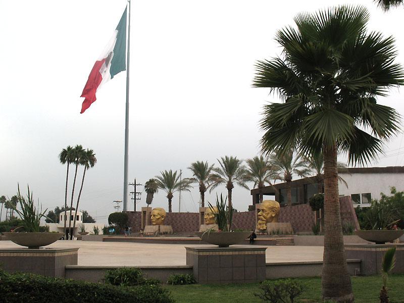 Las Tres Cabezas and the Big Flag